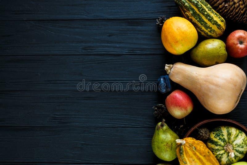 Potirons, poires, prunes, pommes sur la table en bois noire, vue supérieure, l'espace libre pour le texte Composition de jour de  photographie stock