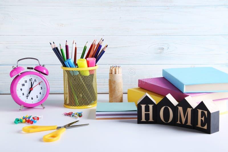 Potloden en viltpennen met boeken stock afbeeldingen