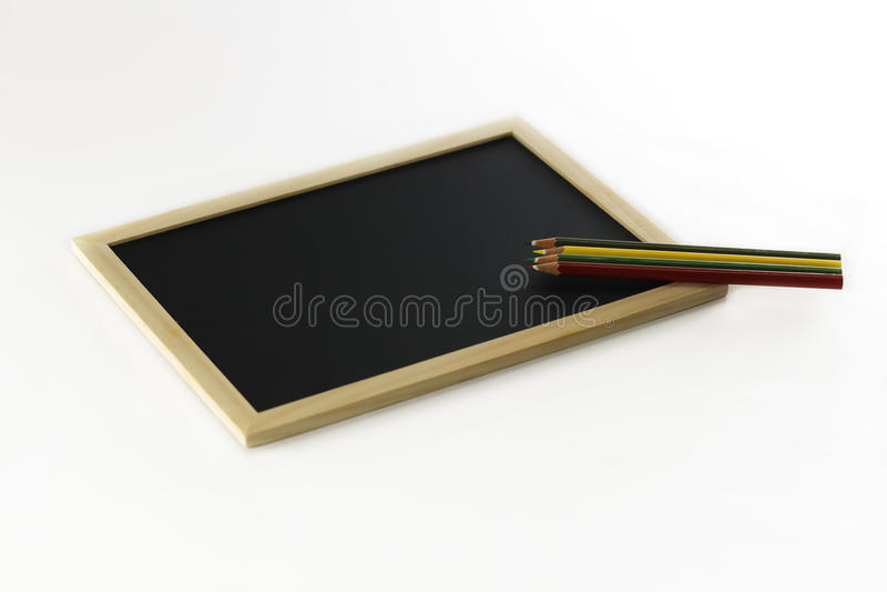 Potloden en zwarte raad stock fotografie