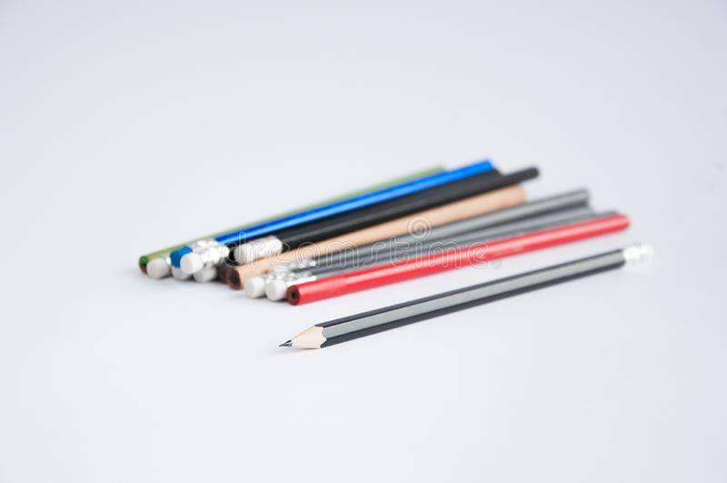 Potloden van verschillende kleuren die op een witte lijst worden verspreid royalty-vrije stock foto