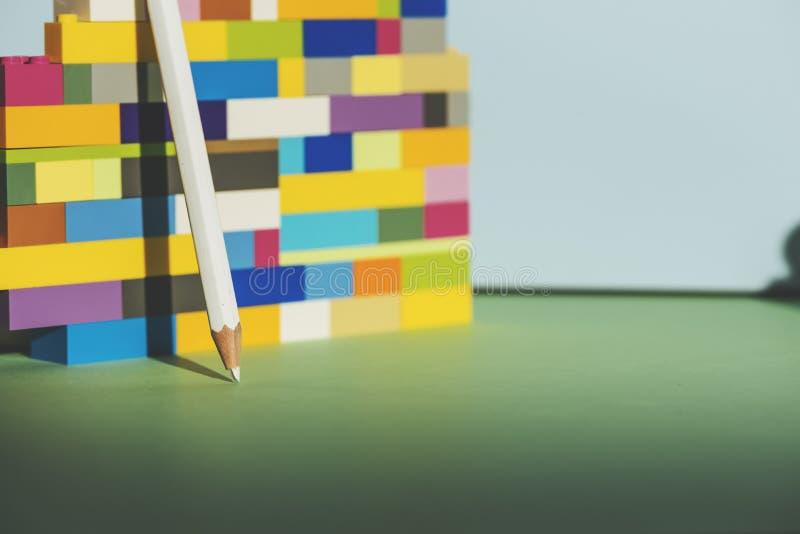 Potlood die tegen de kleurrijke baksteen terug naar schoolconcept leunen royalty-vrije stock foto