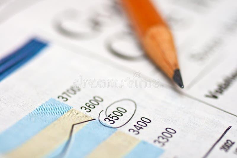 Potlood en financiële krant royalty-vrije stock afbeelding