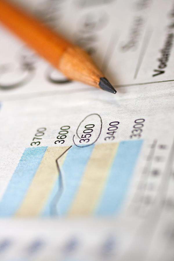 Potlood en financiële krant royalty-vrije stock foto's