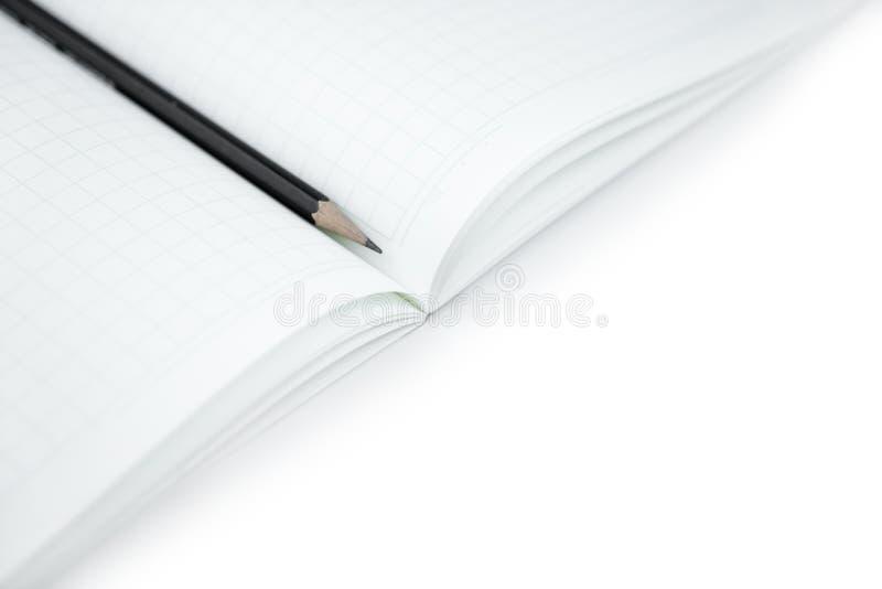 Potlood met leeg notitieboekje op geïsoleerd wit voor het leren royalty-vrije stock fotografie