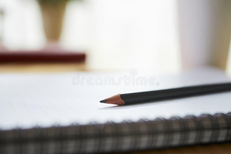 Potlood op dagboek of sketchbook stock afbeeldingen