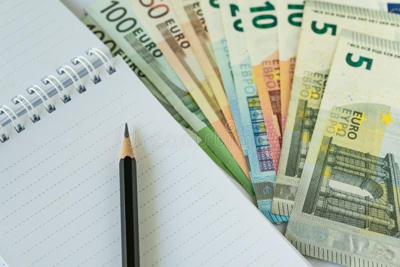 Potlood op document nota met stapel van Euro bankbiljetten als Euro economi stock fotografie