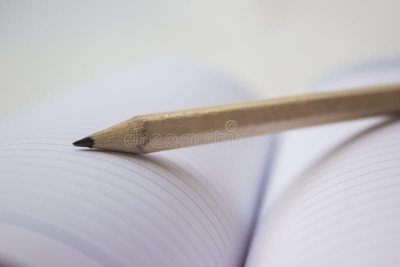 Potlood op een boek stock foto's