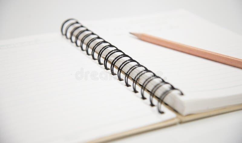 Potlood op notitieboekje stock afbeelding