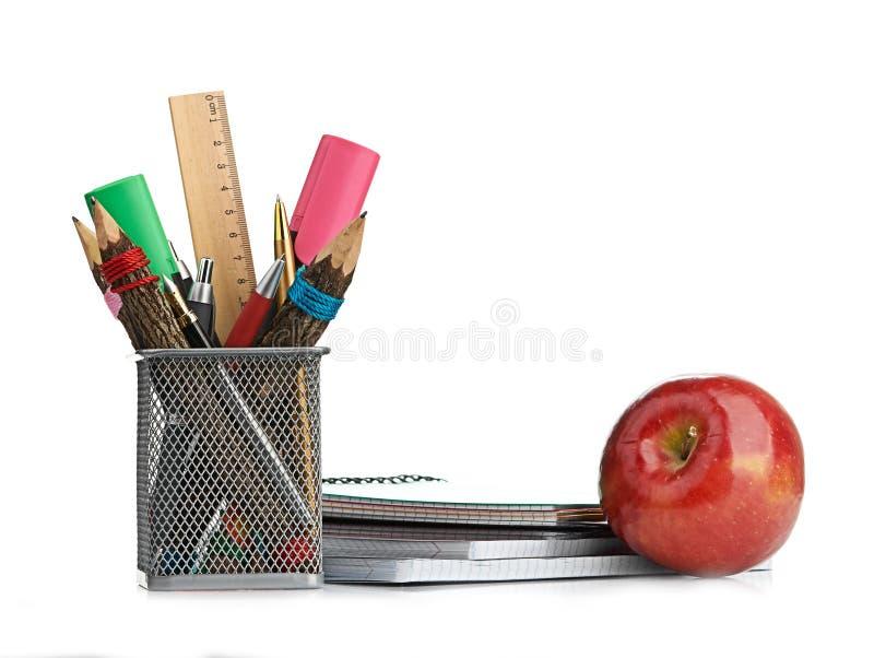 Potlooddoos met schoolbehoeften stock foto's