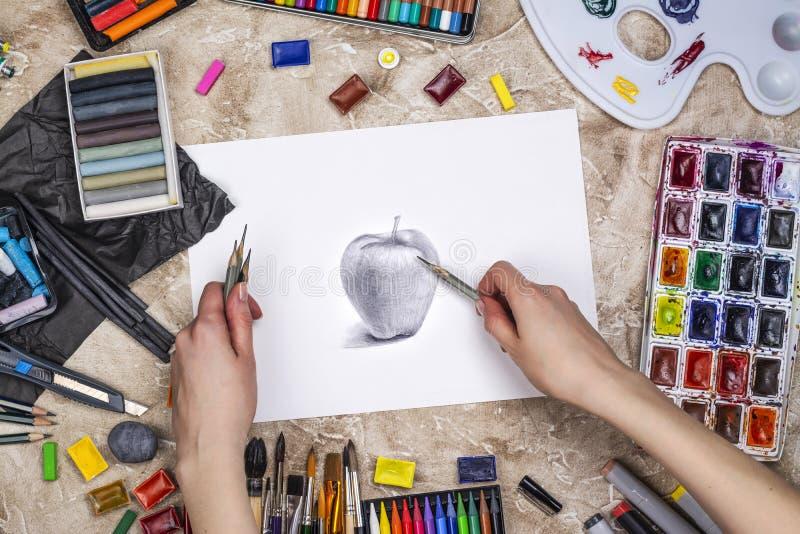 Potloodschets van een appel stock afbeeldingen
