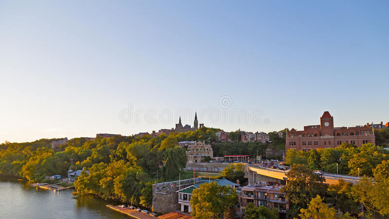 Potomac flodstrand med sikten av det Georgetown universitetet i USA-huvudstad royaltyfria foton