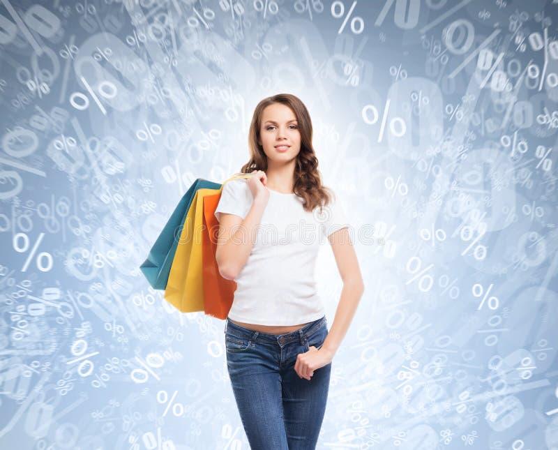 Potomstw, atrakcyjnej i szczęśliwej zakupy dziewczyna z torbami, fotografia stock