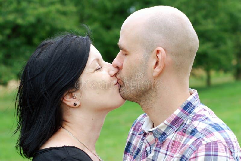 Potomstw pary całowanie zdjęcia stock