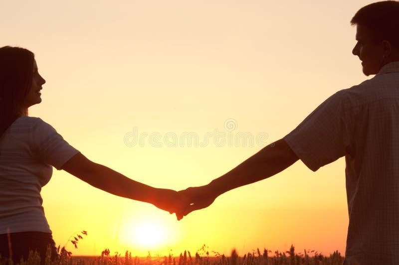 Potomstw pary mienia ręki i przyglądający inlove fotografia stock