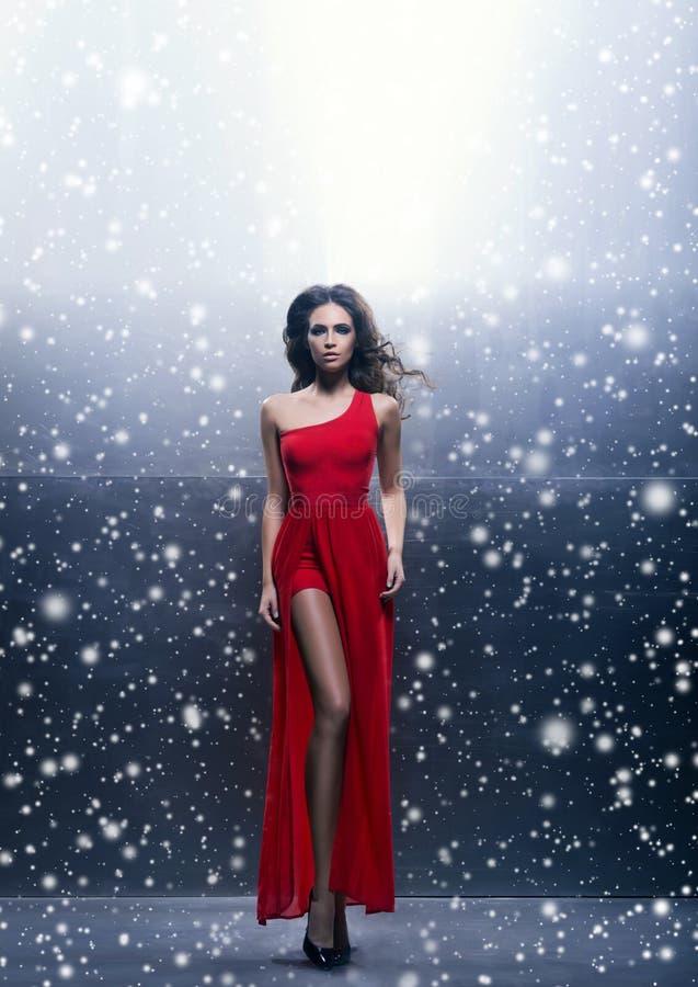 Potomstw, pięknej i namiętnej kobieta w falistym, długi, czerwieni suknia fotografia royalty free