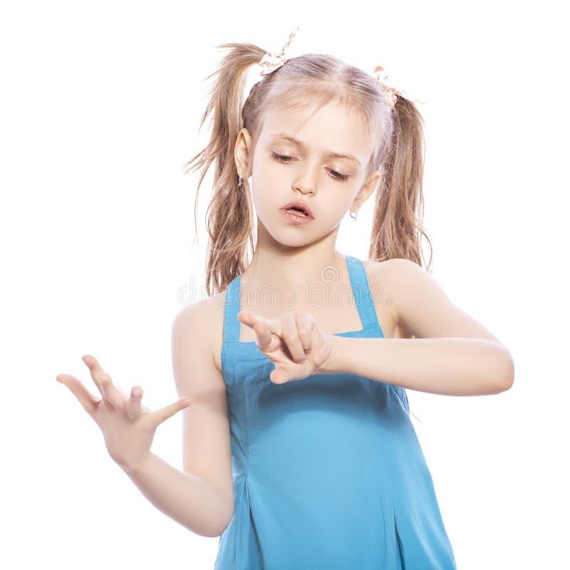 Potomstw siedem lat brunetki dziewczyna w błękit sukni na białym iso fotografia stock