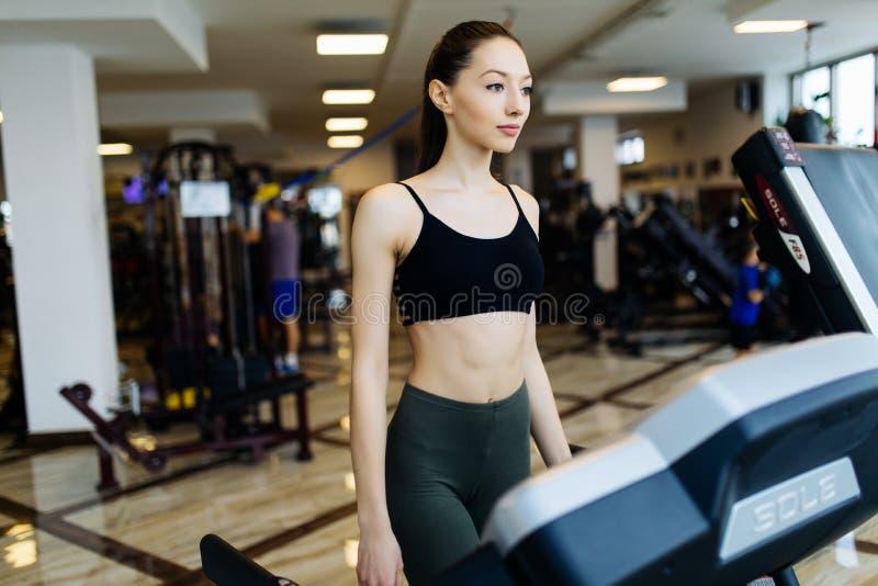 Potomstw sportly kobieta przy gym ćwiczyć Bieg dalej na maszynie zdjęcie royalty free