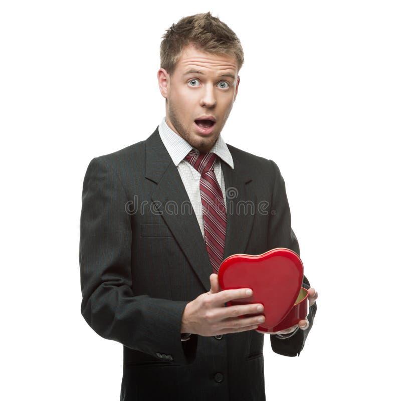 Potomstw zdziwiony biznesmena mienia czerwieni serce zdjęcie stock