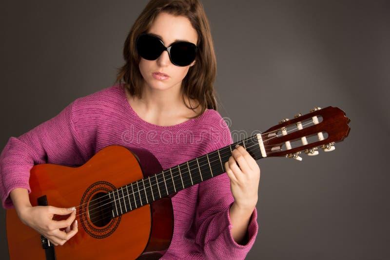 Potomstwa ślepią kobiety bawić się gitarę zdjęcia royalty free