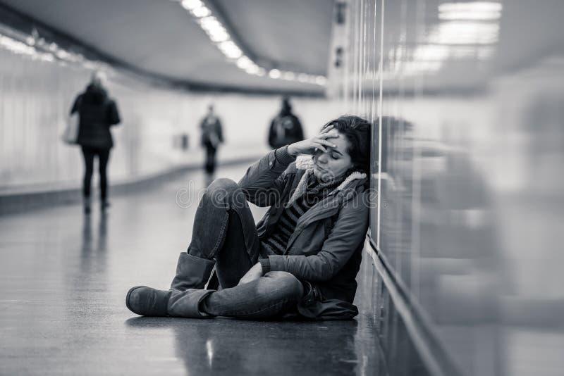Potomstwa deprymowali kobieta p?acz na ziemi na metra metrze zdjęcie stock