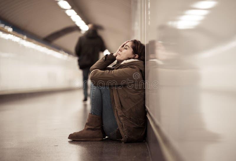 Potomstwa deprymowali kobieta p?acz na ziemi na metra metrze zdjęcia stock