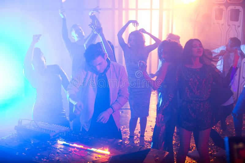 Potomstwa DJ Bawić się w klubie nocnym zdjęcia royalty free