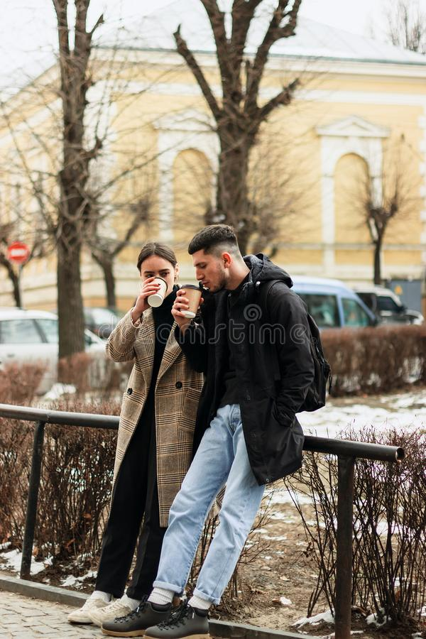 Potomstwa dobierają się cieszyć się coffe plenerowego w centrum miasta fotografia royalty free