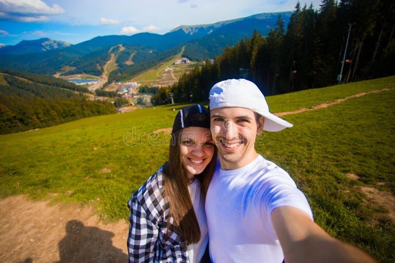 Potomstwa dobierają się wycieczkować brać selfie z mądrze telefonem Szczęśliwy młody człowiek i kobieta bierze jaźń portret z hal zdjęcia royalty free