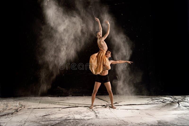 Potomstwa dobierają się baletniczego tana z proszkiem w scenie obraz royalty free