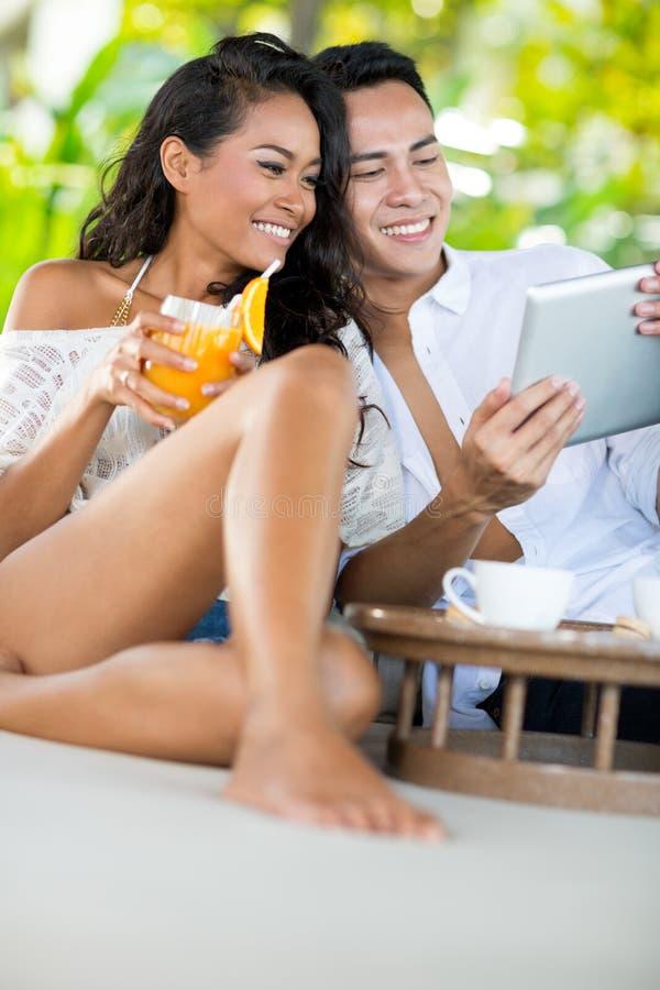 Potomstwa dobierają się gawędzenie z przyjaciółmi podczas gdy na wakacje obrazy stock
