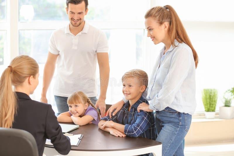 Potomstwa dobierają się i ich dzieci spotyka headmistress przy szkołą obraz royalty free