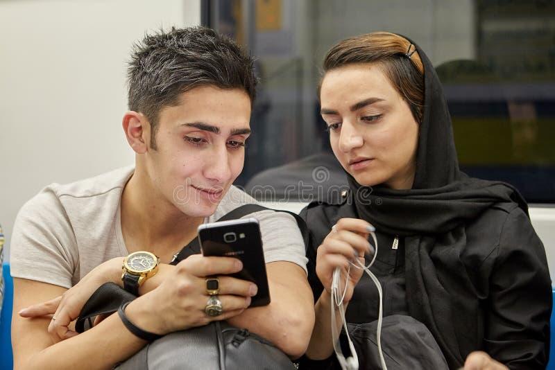 Potomstwa dobierają się inside pasażerskiego przedział metro, Tehr fotografia royalty free