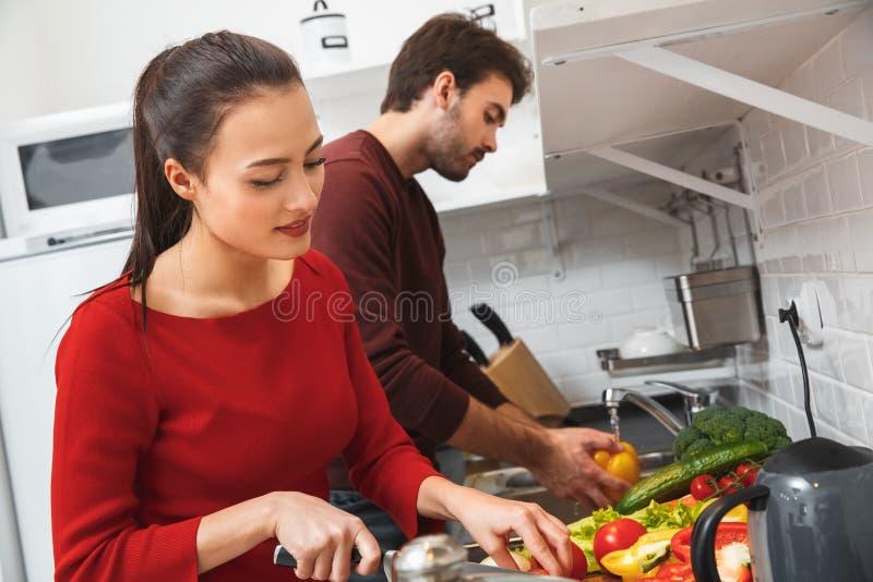 Potomstwa dobierają się mieć romantyczny evening w domu w kuchennym narządzanie lunchu wpólnie obrazy stock