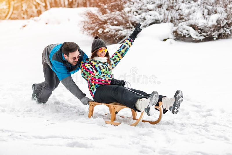 Potomstwa dobierają się mieć zabawę na śnieżnym dniu, sledding i uśmiechnięty toget, obraz stock