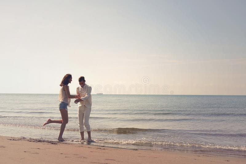 Potomstwa dobierają się mieć zabawę na piaskowatym wybrzeżu fotografia royalty free