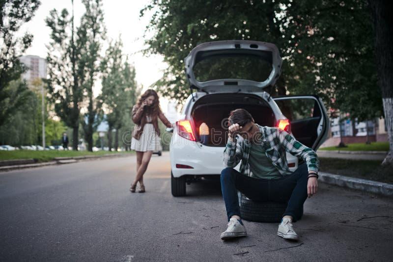 Potomstwa dobierają się na drodze problemy z samochodem fotografia royalty free