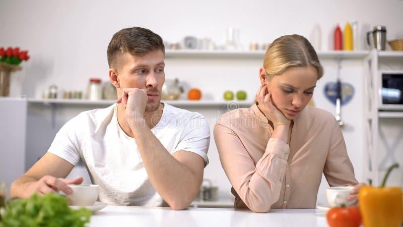 Potomstwa dobierają się obsiadanie w kuchni po cichu po argumenta, kryzys w związku obraz royalty free