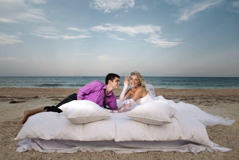 Potomstwa dobierają się odpoczywać w łóżku obraz stock