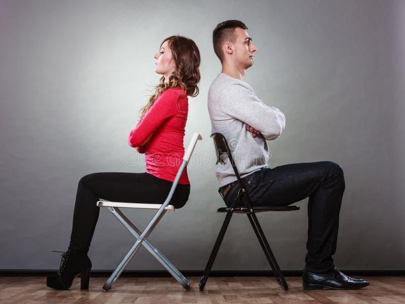 Potomstwa dobierają się po bełta siedzi z powrotem popierać fotografia royalty free