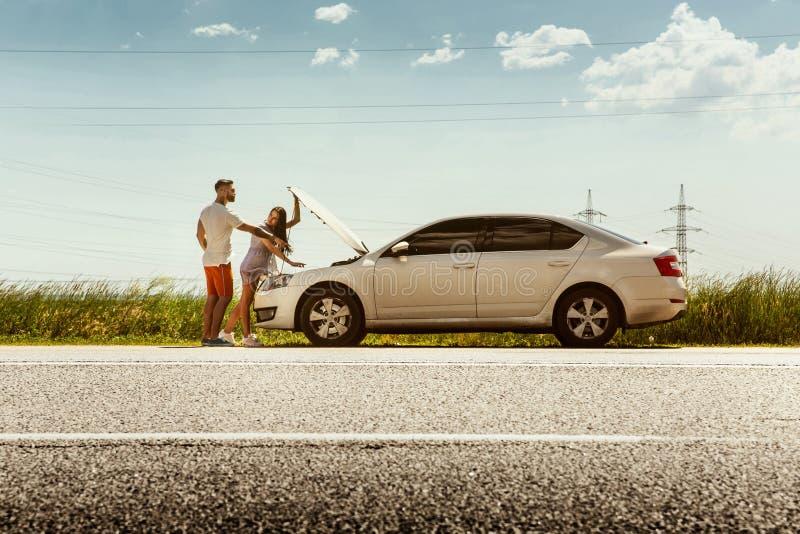 Potomstwa dobierają się podróżować na samochodzie w słonecznym dniu zdjęcia royalty free