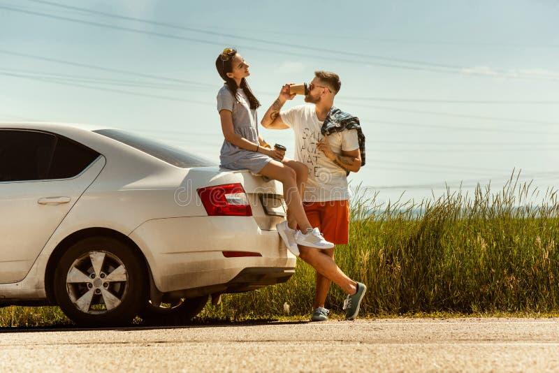 Potomstwa dobierają się podróżować na samochodzie w słonecznym dniu obrazy stock