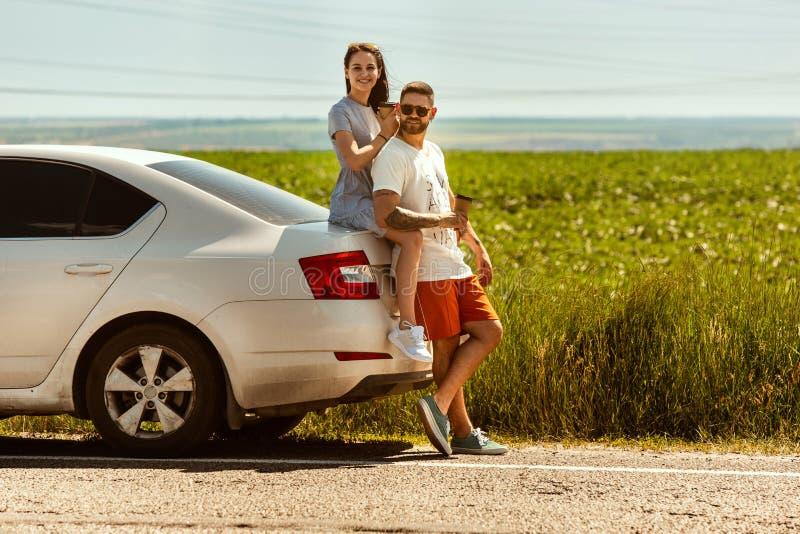 Potomstwa dobierają się podróżować na samochodzie w słonecznym dniu obrazy royalty free