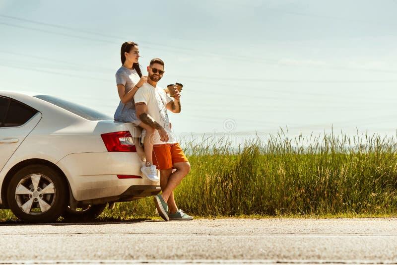 Potomstwa dobierają się podróżować na samochodzie w słonecznym dniu zdjęcia stock