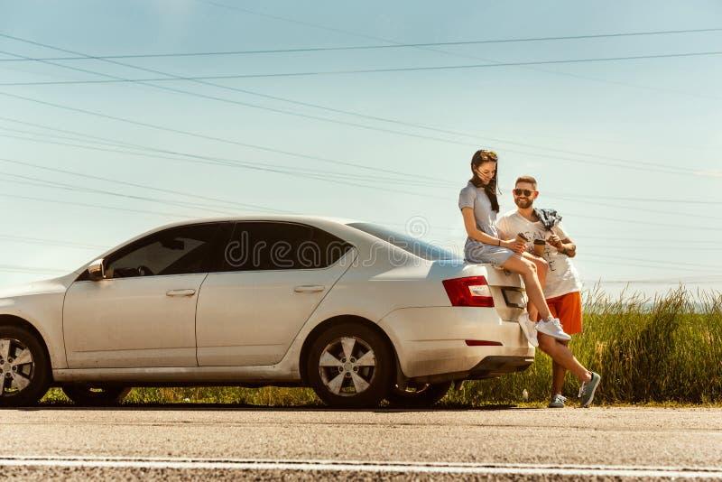 Potomstwa dobierają się podróżować na samochodzie w słonecznym dniu zdjęcie stock