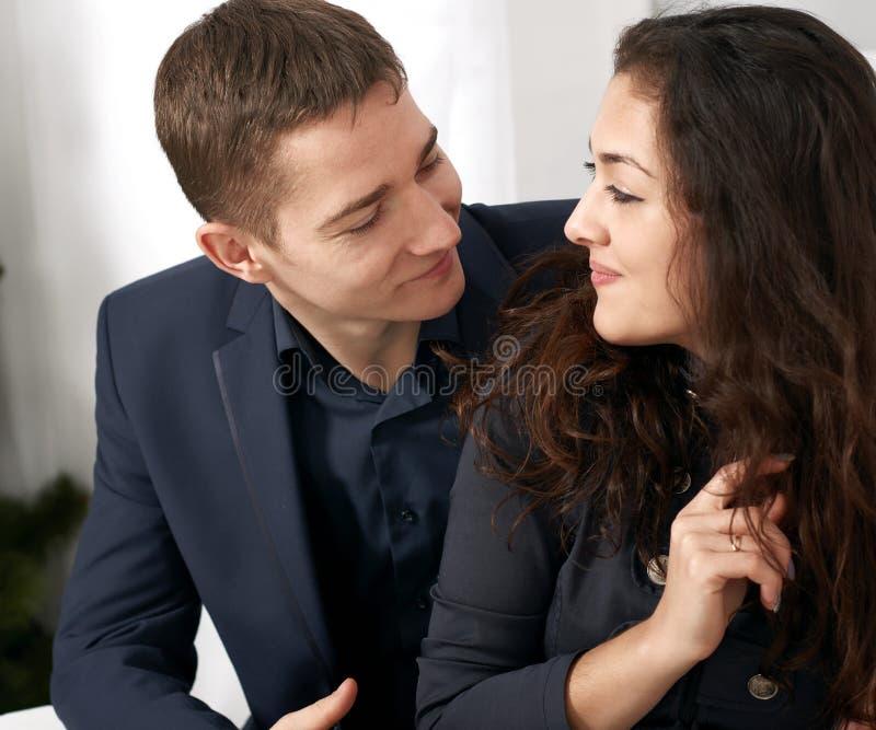 Potomstwa dobierają się portret, szczęśliwych ludzi i miłości pojęcie, - romantycznych zdjęcie stock