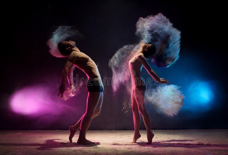 Potomstwa dobierają się pozy w koloru pyłu chmury studia strzale obrazy royalty free