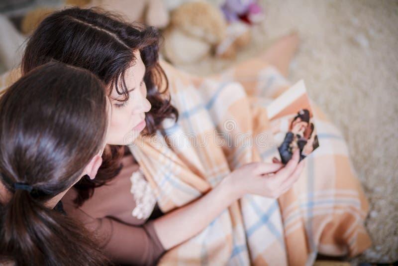 Potomstwa dobierają się przyglądające fotografie obrazy stock