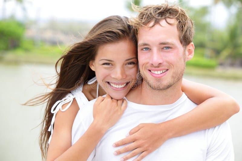 Potomstwa dobierają się uśmiechniętego szczęśliwego portret - międzyrasowa para zdjęcia royalty free