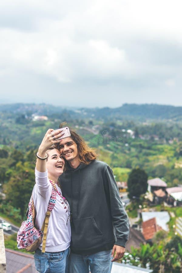 Potomstwa dobierają się używać smartphone na natury backgorund wpólnie Bali wyspa zdjęcia stock