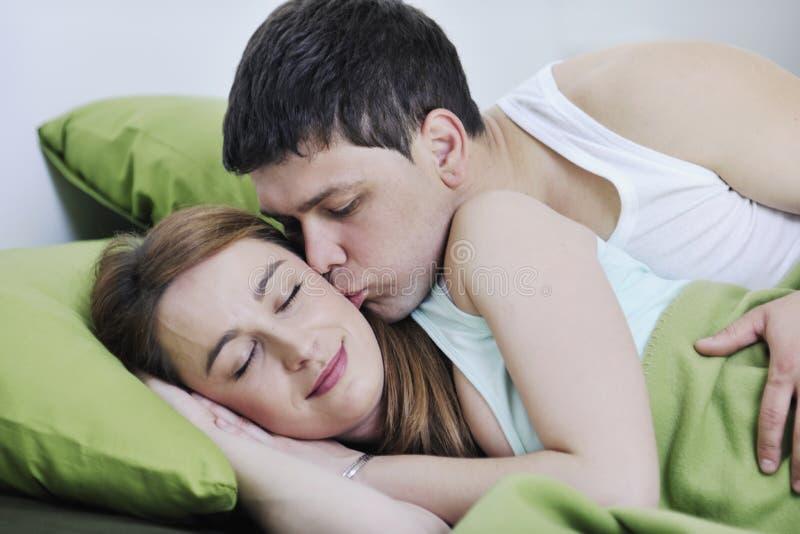 Potomstwa dobierają się w łóżku obrazy royalty free